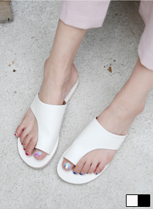 66GIRLSWide Toe Loop Sandals