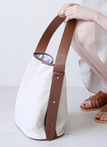 66GIRLSMagnetic Snap Canvas Bucket Bag